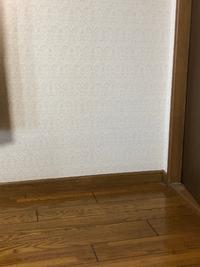 この壁紙と床に合うカーテンの色を教えて下さい。  家具はダークブラウンで統一してあり、ラグは小さめのグレージュをしいています。