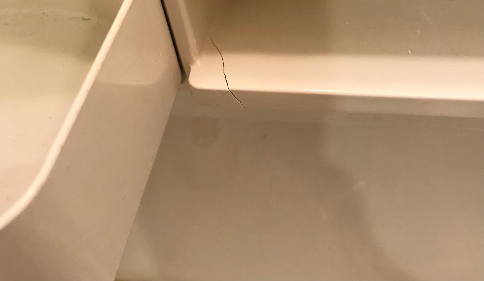 賃貸マンションについて 洗面台に気が付いたらこのようなヒビが入っていました。 とくになにかぶつけたりした記憶はありません。 これは入居者の過失となるのでしょうか? 家財保険等を使って自分でなんとかしなければいけないのでしょうか。