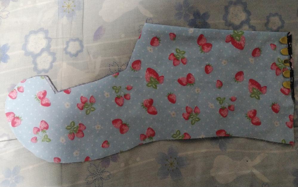 今、画像のように最初の足袋の試作品から3回目の足袋の仕立てたをしている最中ですが、足袋の仕立てたとスカートの仕立てとではどちらが、 型紙および縫製に至るまで完全自作した場合ですが難易度が高いと想...