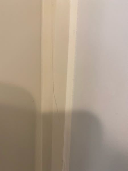 欠陥?地震? 新築一年です。お風呂の窓枠?にひびがはいりました。地震のせいでしょうか?それとも欠陥でしょうか?このままだと水が入ったりのちのち何か支障は出てきますか?