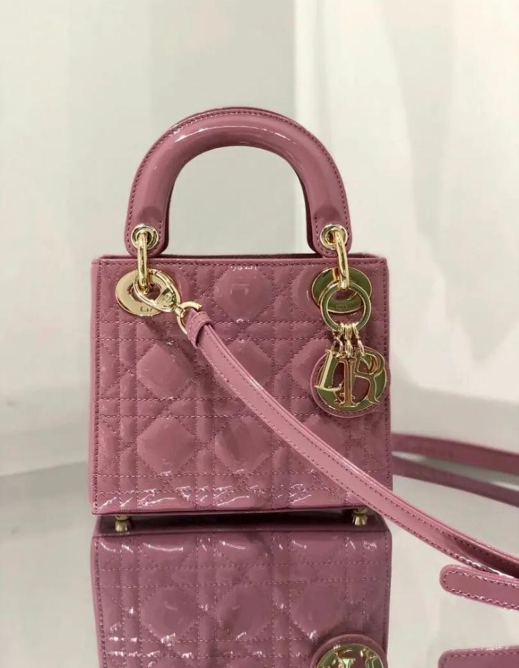 diorのバック 多分並行輸入品なのかな。って思うのですが、こちらは本物でしょうか。 うち側のタグにmade in Italyって明記されていて、ショルダーバッグの紐の金具にマークがありました。