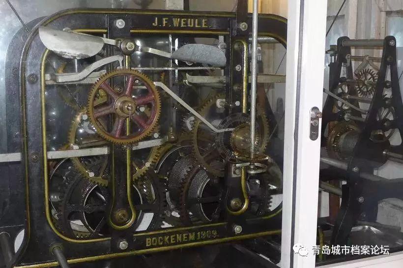 教堂塔楼内部大钟表1909年产于德国博克讷姆,钟芯写有J.F.Weule,Bockenemam Harz 厂商标示,该钟表公司于1836年创办,1953年在西德倒闭。 教堂顶部有三口钟,最中间一...