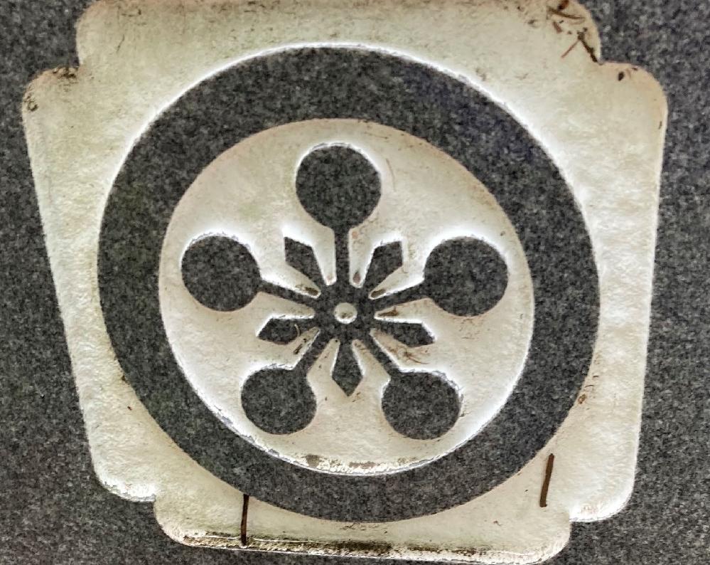 家紋の名前を教えていだきたいです。 インターネットで検索してみると加賀梅鉢、富山梅鉢、大聖寺梅鉢に似ていますが、真ん中の丸に穴があいているので、全く違うものなのでしょうか?