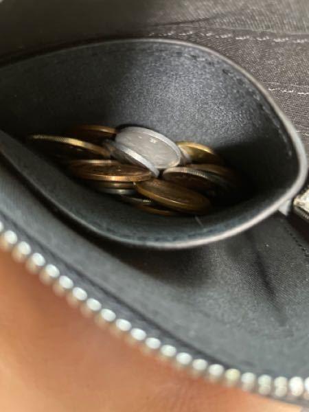 最近財布を替えて、 https://wear.jp/sp/item/51444224/ こちらのものにしたのですが、小銭を入れるところの口が狭すぎて、すごく小銭が取りづらいです 今は撮影のために...