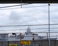仕事で横須賀に行った帰り、横須賀駅から自衛隊基地を見た時、いつもとは見慣れない艦橋の駆逐艦?が停泊しておりました。この軍艦はどこの国の軍艦でしょうか? また何という名前なんでしょうか?