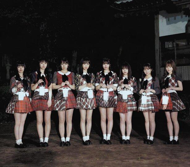 AKB48に詳しい方に質問します。魅力的な脚の女の子が何人か写真に写っていますが、誰なのか教えて下さい。