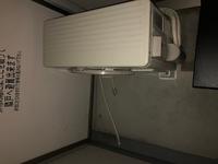 エアコンの排水ホースてこんなもんですか?   昨日エアコンの取付をしてもらって、 外の室外機も新しく設置してもらったら、 排水ホースがこんな形での設置でした