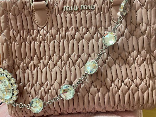 こちらのmiumiuのハンドバッグは偽物でしょうか、ブランドに詳しい方いたら教えてください