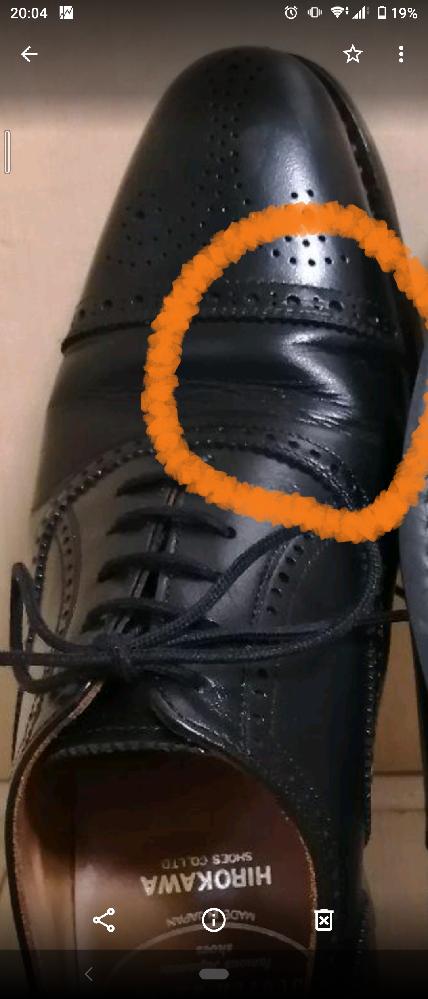 革靴の皺についてですが親指の付け根辺りに必ず写真のような皺が出来ます。 原因と対策をご存じの方がいればお教え頂ければと思います。 皺は個性とか味だから付くのは仕方ない等の回答はお控え下さい。 良し悪しは別として原因と対策をお願い致します。