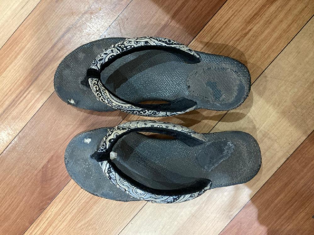 画像の靴を特定していただきたいです。どうしてももう一足欲しいですが、メーカーや型番がわかりません。購入したお店に聞きましたが、不明でした。特定できる方いらっしゃいましたら、よろしくお願いいたします。