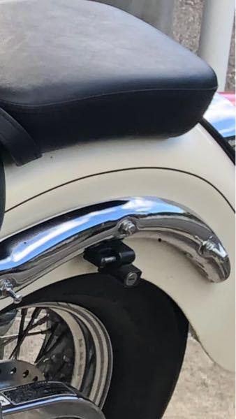 バイクのシャドウ400(NC34)にバックレストをつけたいのですが、写真の左と右のネジの外し方がわかりません。 どのような工具を使えばよろしいのでしょうか。 初心者なのでわかりやすく教えていただ...