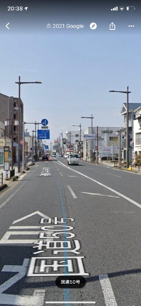 この道路の1車線になる所(反対車線に白いトラックがいる所)の右側の路地に入っていくのは交通違反ではないでしょうか? 上の標札が気になります。