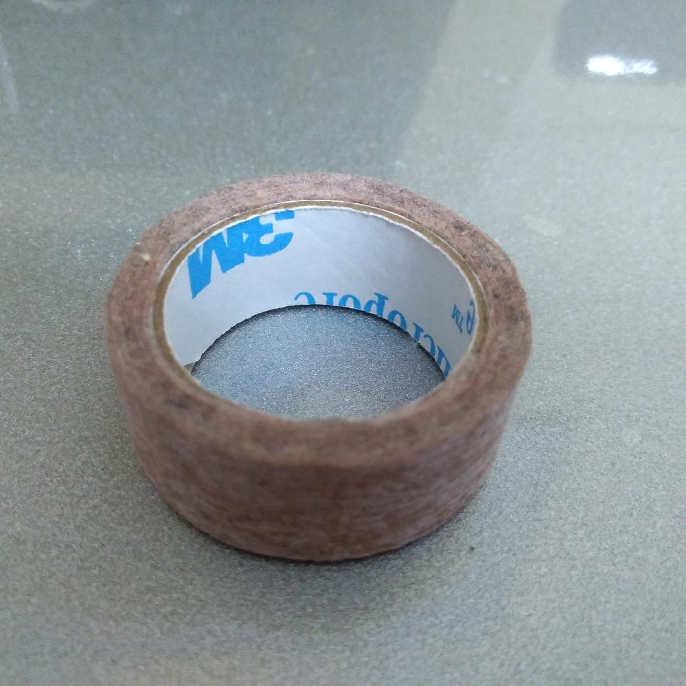こういうテープは、 100円ショップでも販売してますか? 肌につけるので、 出来れば粘着力が強いテープがいいのですが。 幅1センチくらいです