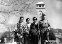 """直到1949年青岛解放后,开始陆续拆除青岛神社和""""忠魂碑""""等耻辱性建筑,所拆的石料也基本用于他处。如今在中山公园内的""""忠魂碑""""遗址上仅存有参拜大道前面的石阶和为数不少的石灯笼残体。 那个洗手钵的残破基座、残破水盆和刻有手水二字的石碑以及若干残破的塔身石材被抛弃在旮旯里。遗址四周野草横生显得十分荒败,全然看不出当年威严的景致。 この文章を日本語で翻訳して欲しいです、宜しくお願いします。"""