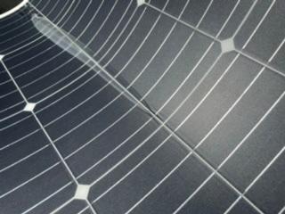 PowerArQ Solar 120Wのソーラーパネルについてです。 使用方法を間違えた事は自分が悪いと重々承知してますが、藁にもすがる思いでこちらに質問させていただきます。 本来、曲げたり歪んだりしない場所に設置しなければならないPowerArQ Solar 120Wを縦に置いて使用してしまい、曲がった箇所が破損。その後は同じ様に曲げて使用すれば本来の発電率より低くなりますが充電は出来る状態です。 表面の透明のカバーが浮いて空気が入っている様な状態になってます。 修理を行うとすればどの様な方法があるか、知ってる方がいらっしゃれば教えて下さい。 なお、使用方法につきましては多いに反省しておりますので、厳しいお言葉はご勘弁下さい。