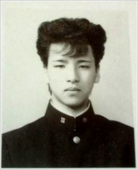 尾崎豊は荒れる若者の心を代弁して歌っていたと聞きますが。 ・・・・・・・・・・・・・・・・・・・・・・・・・・・ なぜ尾崎豊てリーゼントにしてないのですか。 当時の昭和の荒れる若者てみんなパンチパーマとかリーゼントだったのでは。