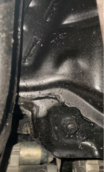 車のしたから水漏れしていました。 これはエアコンなのでしょうか? それとも修理に持っていった方がいいのでしょうか?