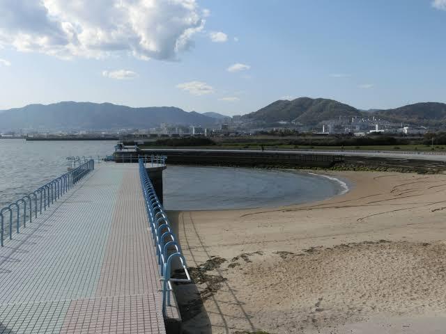 広島県福山市またはその近郊で、海が近くで見える公園や、砂浜を歩けるところはありますか? 2歳の子どもと散歩しながら海を見せてあげたいのですが、最近引っ越してきたばかりで福山市の地理がよくわかっていません。海水浴場以外の秋でも行けそうなところを教えてください。 広島市の広島みなと公園や観音マリーナ海浜公園、呉市の呉ポートピアパークのような場所を探しています。 (画像は観音マリーナ海浜公園です。) お知恵をお貸しいただけると助かります。よろしくお願いします。