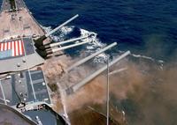 戦艦アイオワで起きた47人が死亡する砲塔内爆発は、静電気に因る装薬への 引火が原因だが、砲塔内で人間が装薬を装填する以上は静電気が発生し易い。 なぜ大和型戦艦の様な全自動装填にしなかったのか ? 40cm砲だからかな? http://www.kjclub.com/jp/board/exc_board_53/view/id/172214/page/715 また光学測距義は約8mで、大和型の約半...