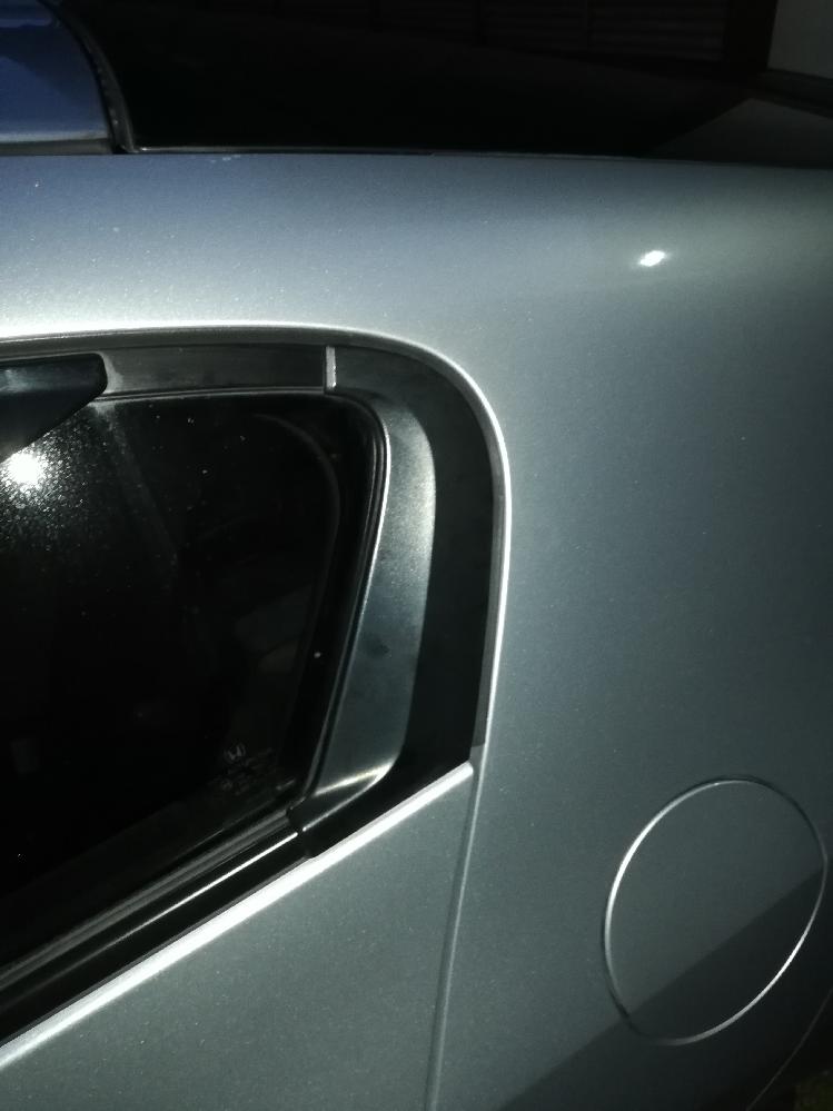 インサイトZE2の後部窓の一番後ろの窓の後部についている黒いカバーがあります。 】←こういう形状の樹脂パーツです。 モールディングの交換時に外したところ、中の止めているパッキンが折れてしまいま...