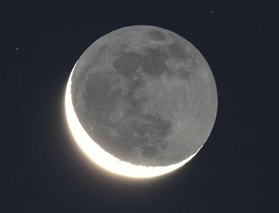 地球照(三日月などの時、欠けて暗くなっている部分が、うっすらと見える現象)は、和歌、俳句、古典文学ではどのように言っていたのでしょうか? また、月が球だと考えていなかった時代は、この現象をどのように解釈していたのでしょうか?