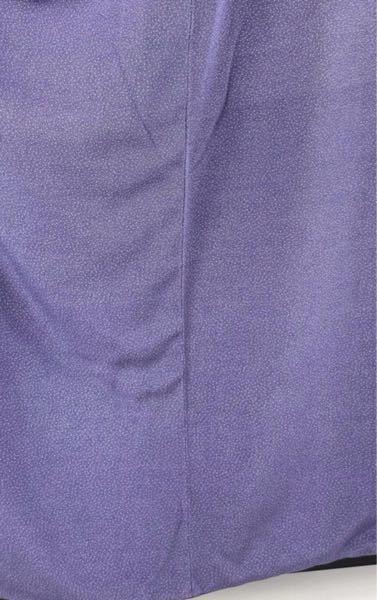 着物の縫い合わせたところのシワについて質問です。 少し古い着物ですが、写真のように布が伸びたような?つったようなシワはアイロンなどで取れるものでしょうか。洗い張りが必要でしょうか? ちなみにお尻中央ではなく、体のサイドの部分です。 またどういう状況でこのようなシワができやすいか、また着ると気になるかどうかも教えてくださると嬉しいです。 写真は柔らかものですが、大島のようなハリがある 着物でもこのようなシワのあるリユース品の商品写真を 見かけたことがあり、気になっておりました。 和裁や悉皆の観点からでも、着る側の観点からでも 何でも構わないので教えてくださると嬉しいです
