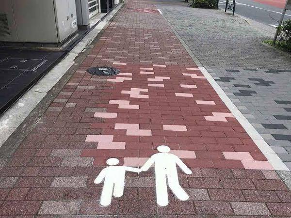 歩行者専用道路の道路標示(親子のピクトグラム)がある場所 都内、神奈川県内で、画像のような道路標示がある場所をご存知でしたら教えてください。 多分山手通り沿いにありそうなのですが、 より具体的な場所を教えていただけたら助かります。 看板式や、貼り付けタイプではなく、白でペイントされているタイプです。 よろしくお願いいたします。