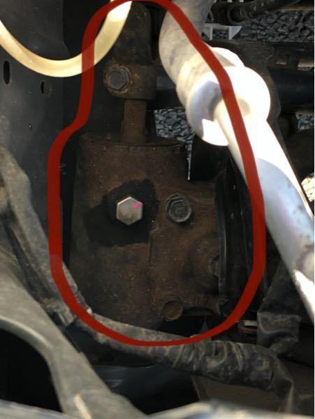 ジムニーJB23のエンジンルームの下部にあるこの部品は何という部品でしょうか? また、これは錆びている状態ですか? 詳しい方よろしくお願いします。