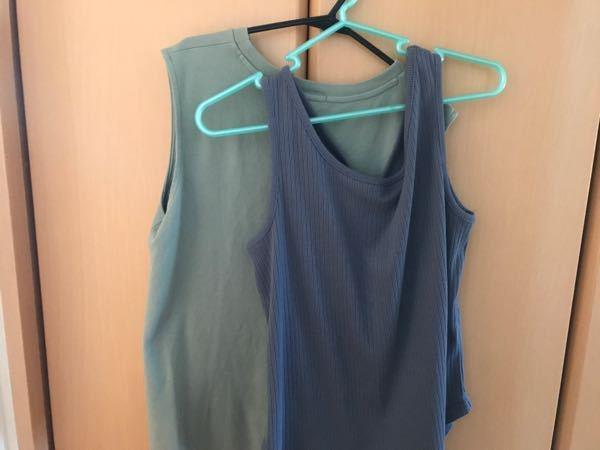 至急お願いします。 どちらかの服にシアーシャツを羽織ろうと思っているのですが、この色はもう時期じゃないですよね…どう思いますか?