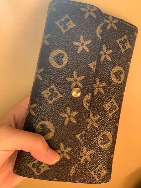 画像あり。 先日知り合いから頂いた財布なのですが、これはどこかのブランドか何かですか?それともそれに似せた様なノーブランドですか?