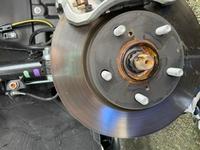 納車2ヶ月なんですがフロントのホイールを外したら車軸の部分がこんなに錆びてることありますか? ディーラーに相談したほうがいいですか? 走行距離は1500キロくらいで外に保管してます。