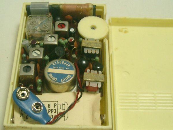 こちらのトランジスターラジオはどこに電池を入れるのでしょうか?