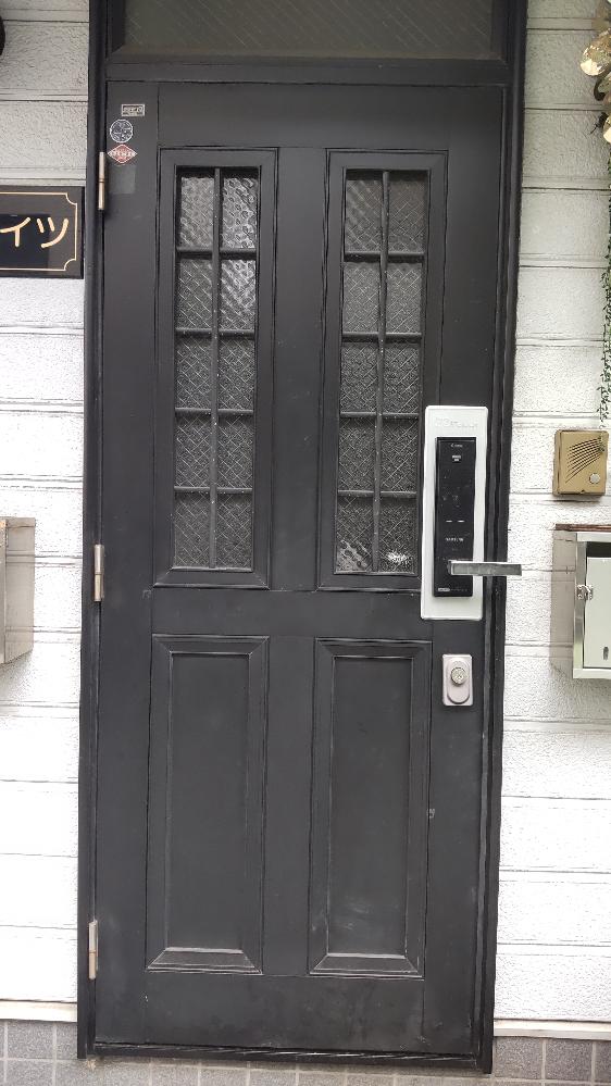 家の玄関ドアを変えたいんですがどう調べてらいいでしょう。中古を探してます。工務店などを通さず個人でDIYしたくて探しております。 アルミサッシとか言うのですかね? 因みにこのドアと同じのを探しています(T0T)