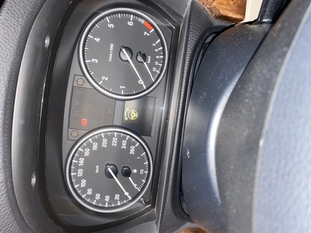 BMW320iクーペに乗っています。 写真のチェックランプが点灯してエンジンかけることができません。 セルもまわりません。 ドアを開けた時に鳴る音もならないので、バッテリーかと思って、軽自動車とブースターで繋ぎましたがダメでした。 色々調べても似た様なマークはあってもこのマークは見当たりませんでした… 付属のサービスマニュアル?にも同じマークは載っていませんでした。わかる方教えてください