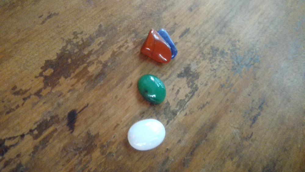 天然石詰め合わせの中に入っていた石の種類(名前)が知りたいです。自分で色々調べてみましたが、写真の3種類がわかりません。茶色、緑、白の石の名前が知りたいです。 (茶色の石はラピスラズリとくっついています) ご存知の方、よろしくお願いします。