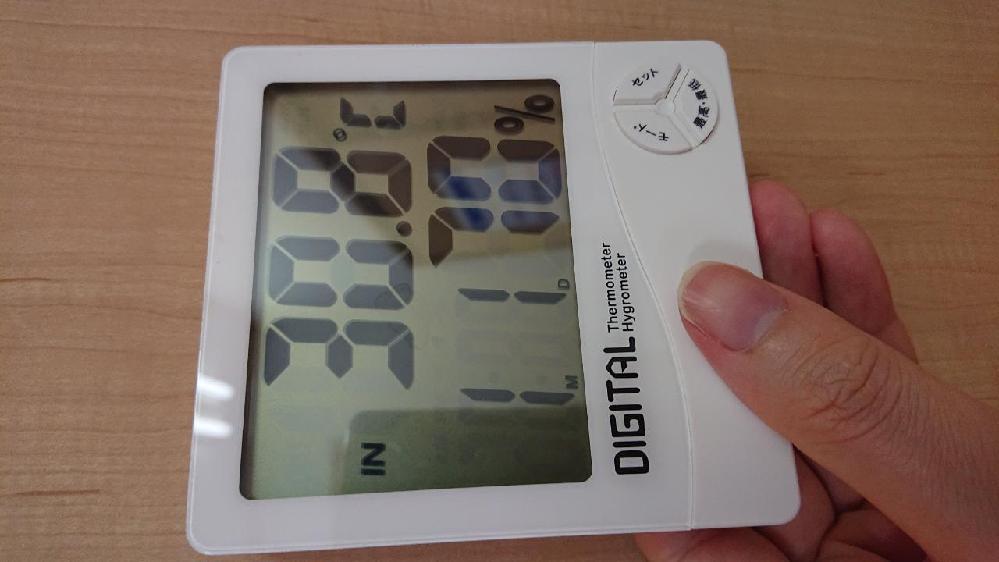 仕事場で使ってる室温時計の電池が切れて新しいのに変えたんですが、日時を設定したくともやり方がわからない状態です。 下の写真のタイプなんですが、どのメーカーのどの機種で三つしかないボタンでどのようにして日時を設定すればいいでしょうか?結構前からあったものみたいで最近のタイプのではないようです。 方法でなくともこの機種の名前やメーカーとかがわかればと思っています、心当たりのある方よろしくお願いします。 写真は何故か横になってしまいます、すいません…