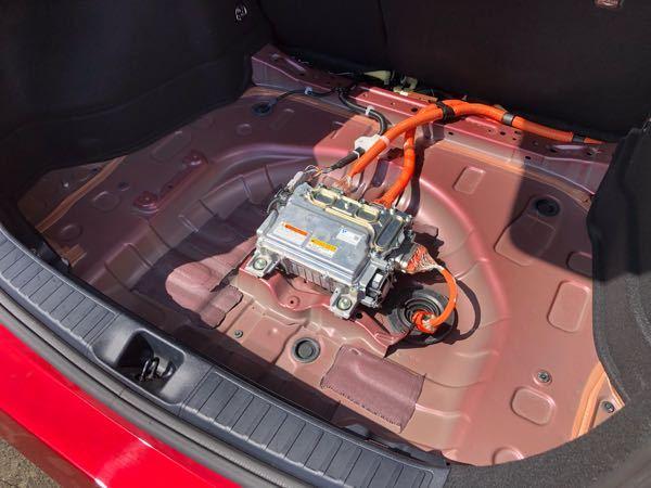 カーオーディオ について質問です! トヨタ50プリウス前期E-fourに乗っています。ラゲッジオーディオ作成中です。 単純な質問です。 オーディオテクニカ のTPK-400 4AWGのパワーケーブル類でまとめるのですが、 ラゲッジルームのアースポイント、最短でどこにありますかーーーー? アンプボードを作って、リアバッテリーは ちゃんとかわす予定です。 アンプは3枚導入予定です。