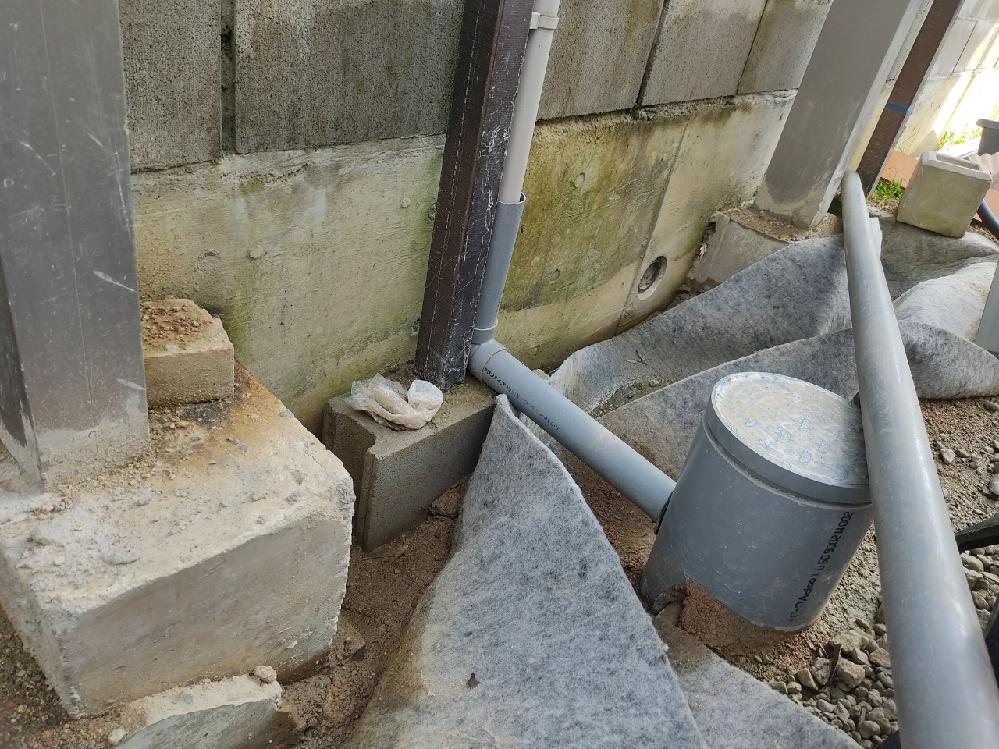 カーポート目隠し波板用アルミ柱2700*60角ぐらぐらです。 ブロックと雨水管が邪魔でコンクリで巻けません。 回りに砕石いれたらぐらぐらしなくなりますか 柱に穴あけて、鉄筋横に1本通せません。 次台風で倒れたらあんたらのせいです どう基礎重くするんですか 雨で全然作業すすみません。体動かしていないからどんどん体力なくなってしまいます。 現役の方は仕事休みの日はスポーツジム行ってるんですか