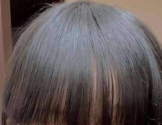前髪を薄く(シースルー)にしたいのですが3ヶ月前ほどに変な切り方をしてしまいました。 変な切り方というのは友達が「○○の前髪って重いよね、薄くしてみなよー!」って言われてからどうしようって思ってとりあえず前髪自分で切る練習しようとおもい、切っていたら母がハサミを縦にして前髪を切ったらちょっと薄くなって完成がいい感じにみえるよって言われハサミを縦にして切ってみると切った部分が薄くなってすごくよくなったんです。 なので縦にたくさん切ったんです。 (縦に切るとは美容師さんがよくやってくれる前髪の縦に合わせてハサミをシュッシュッって切るやつです(?) 少し前まではそれが気に入っていたのですがTikTokなど見ているとシースルーの |||||||| ←この形になってる前髪が綺麗だなって思うようになったんです。 私の前髪はただ単に薄くなっただけでシースルーとかじゃないんです(しかも変) 写真を見てもらえると分かると思うのですが前髪の根元はすごく重いのに前髪の下の中心だけ少し軽くしてあるんです。 どうすれば普通の前髪に戻れるでしょうか、 あと、どういう構造でこうなっているのでしょうか 美容師さんや髪のことに詳しい方教えてください。 ついでに私の前髪ってうねってますよね、? それも教えて貰えると嬉しいです。