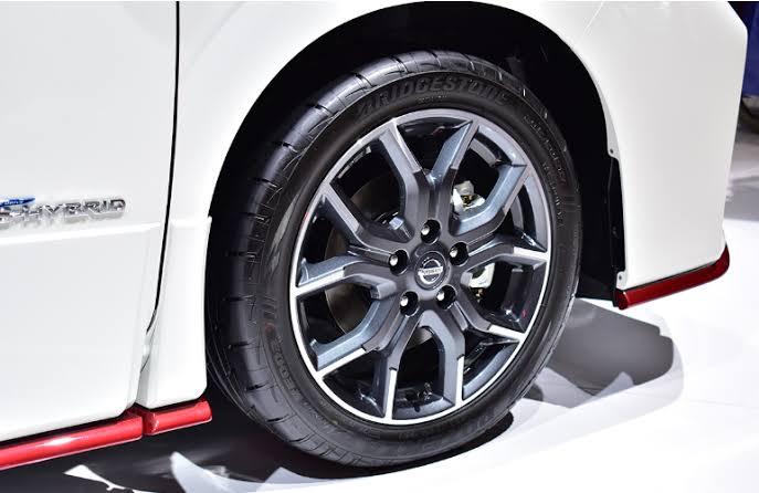自動車のタイヤホイールのナットだけ取り替える場合ってジャッキで車体持ち上げなくてタイヤが地面に接地したままナットだけ外して取り替えてトルクレンチで締めるだけでもいいのですか?? ホイールナットを赤色のナットに取り替えたいのですが、その場合タイヤが地面に接地したまま純正ナットを外して赤色ナットに取り替えても大丈夫でしょうか?? それとも一度ジャッキで車体を上げタイヤを地面から浮かせてナットを取り替えたほうがいいのでしょうか?? ホイールは今のままでナットだけ取り替えたいのですが……。