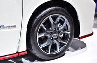 自動車のタイヤホイールのナットだけ取り替える場合ってジャッキで車体持ち上げなくてタイヤが地面に接地したままナットだけ外して取り替えてトルクレンチで締めるだけでもいいのですか?? ホイールナットを赤色のナットに取り替えたいのですが、その場合タイヤが地面に接地したまま純正ナットを外して赤色ナットに取り替えても大丈夫でしょうか?? それとも一度ジャッキで車体を上げタイヤを地面から浮かせてナットを取...