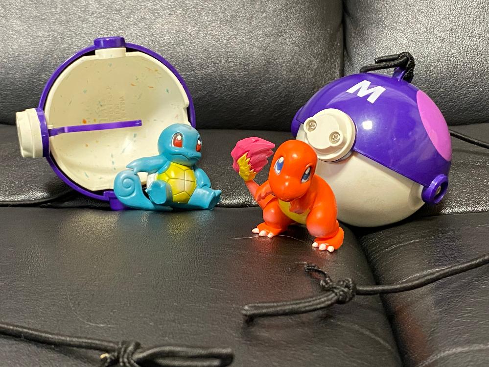20年ほど前にTOMYから発売されたポケモンのおもちゃの名前わかる方いませんか? ゴムひもがついたモンスターボールとポケモンフィギュア1体がセットになっていました。 遊び方はゴムひもの先端をヨーヨーのように指にはめ、モンスターボールを口の開いた状態にセットして50㎝くらい先に置いたフィギュアめがけて投げつけるというもの。 うまくフィギュアに当てれば衝撃でモンスターボールの口が閉じて(フィギュアを飲み込んだ状態で)手に戻ってくるというものです。 海賊盤偽造品の類いではなく、任天堂公認TOMYの玩具でした。 私が持ってるのはヒトカゲとゼニガメですが、ピカチュウとフシギダネも売っていたように思います。 こちらでは動画が貼れないのですが、Instagram(poyo567)に遊び方の動画を載せています。 よろしくお願いします。