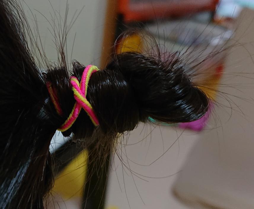 この髪型って、どうやってしますか? これは保育士さんがしてくれてたのですが、ねじってるだけといいますが、難しくて、ネットで探しても難しいやり方のしかでてこなくて。。。