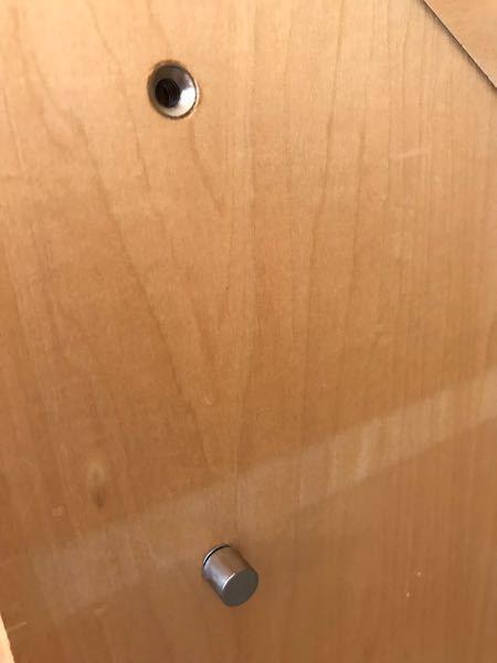 このダボは何というダボですか?穴の部分はネジのようになっていて、手で引っ張れないので木のダボとは違うようです。別の空いている穴に追加したいのですが、ホームセンターに行けば売っていますか?