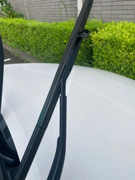 ワイパーゴムの交換をしたいのですが 車の知識が皆無な為ワイパーブレードの取り外し方が分からないです。 分かる方教えて欲しいです。 ワイパーゴムの交換の仕方は理解しました。 車種は マツダCX3です。