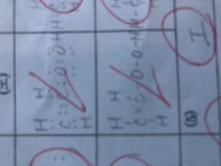 酢酸の電子式についてなのですが、この解答はどこが間違っているのでしょうか。