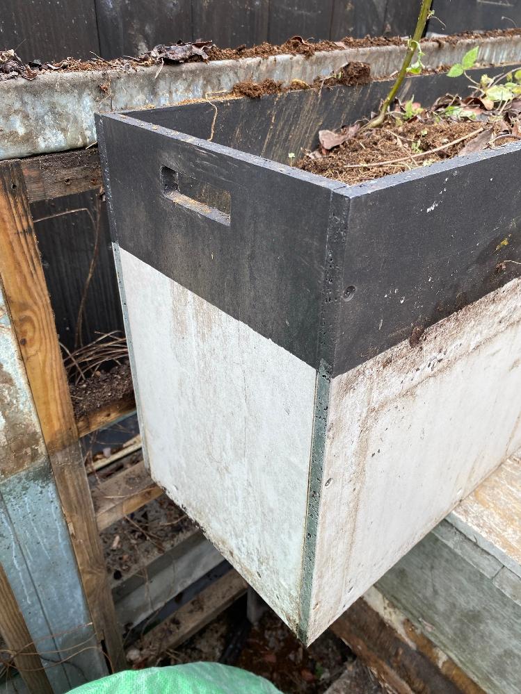 どなたか、この箱を構成している板が何という素材かご存じないでしょうか? プランターとして使用しています。