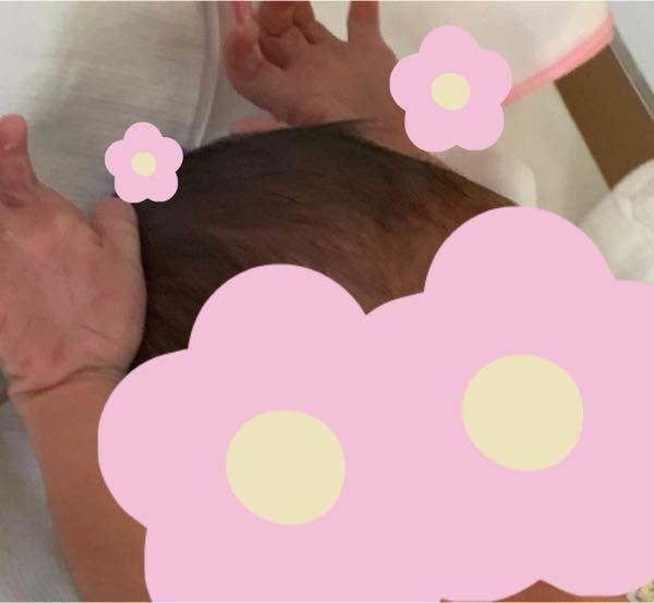 新生児が目をぱっちり開けてバンザイ。写真あり。 沐浴後に硬直した感じもなく7秒間くらい腕を伸ばし、 腕や顔を動かしながらバンザイしていました。 目はぱっちり開いて真剣(?)な眼差しで一生懸命バンザイしているようでした。 何か想いがあるのでしょうか? モロー反射??ですかね?