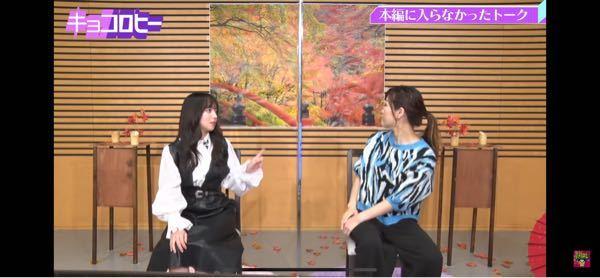 齊藤京子さん(左) が着てる服はどこに売ってますか? ブラウス、ジャンスカどっちも知りたいです。