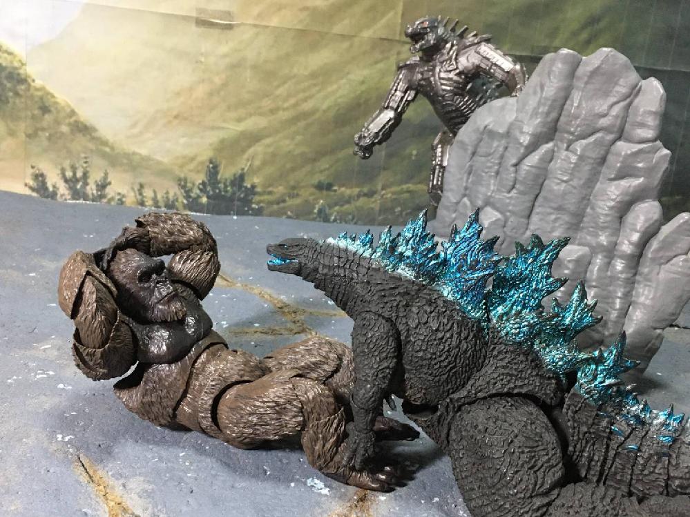画像にセリフをお願いします。画像にいるのは手前に左からコング、ゴジラ、奥にその2体を見るメカゴジラです。